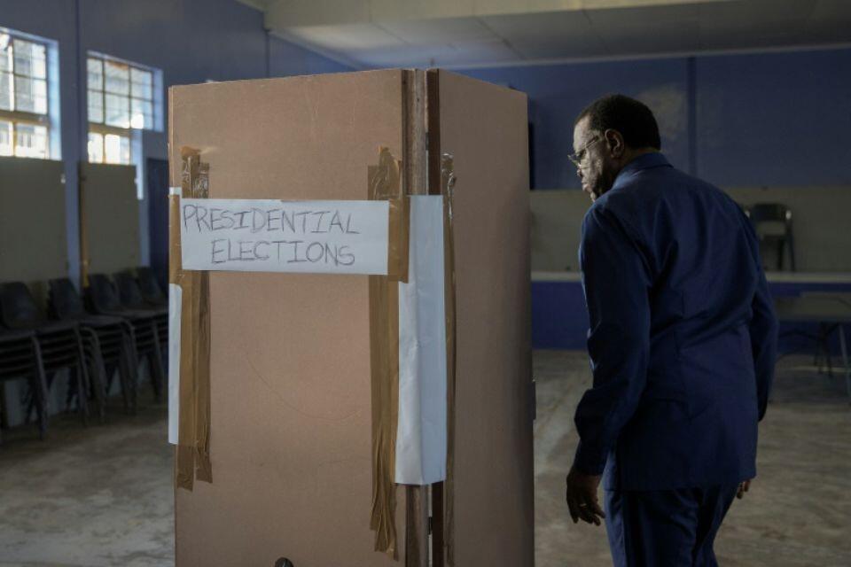 O Presidente cessante e candidato a um segundo mandato, Hage Geingob, votou esta manhã na capital, Windhoek, neste 27 de Novembro de 2019.