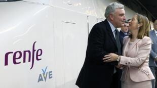Французский министр транспорта Фредерик Кювье целует министра транспорта Испании Ану Пастор на открытии линии Париж-Барселона 15 декабря 2013