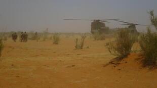 Hélicoptère britannique Chinook, près de la base de Gossi dans le Gourma, là où les blessés de Barkhane ont été évacués.