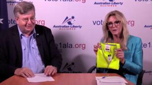 """A presidente do partido, Debbie Robinson, explicou a escolha do nome """"Yellow Vest Australia"""" pelo fato de que """"coletes amarelos"""" na França representam, segundo ela, """"eleitores insatisfeitos""""."""