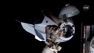 A cápsula Crew Dragon, da SpaceX, chegou à ISS neste domingo (31) com dois astronautas da Nasa