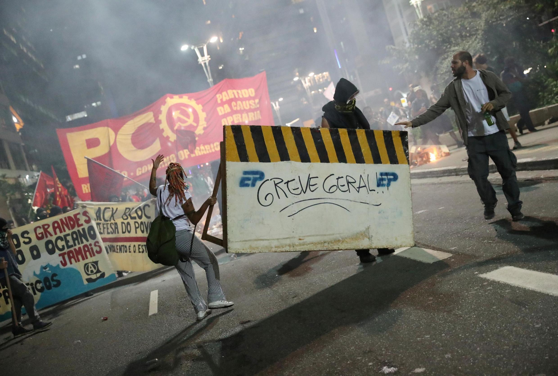 Les manifestants défilent pour protester contre la réforme des retraites voulue par le président Bolsonaro, le 14 juin 2019 à Sao Paulo.