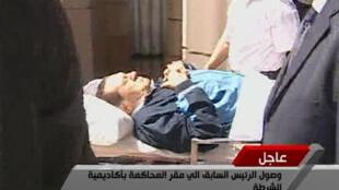 Imagens da TV egípcia com o ex-presidente Hosni Mubarak, que volta a ser julgado nesta segunda no Cairo.