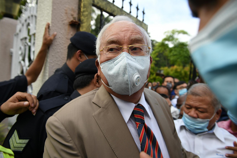 Cựu thủ tướng Malaysia Najib Razak lúc đến tòa án Duta, Kuala Lumpur, để nghe phán quyết đầu tiên trong hồ sơ 1MDB. Ảnh 28/07/2020..