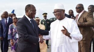 Le président Alassane Ouattara accueille son homologue malien Ibrahim Boubacar Keïta, sur le tarmac de l'aéroport Félix-Houphouët Boigny à Abidjan, le 10 mai 2018.