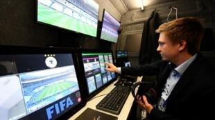 Một kỹ thuật viên kiểm tra hệ thống trọng tài vidéo trước trận giao hữu Pháp-Tây Ban Nha, tại sân Stade de France ngày 28/03/2017.
