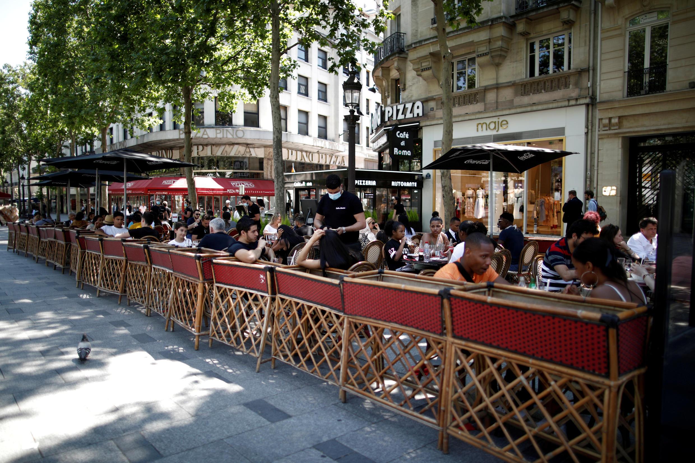 巴黎香街用餐的人群,摄于7月27日