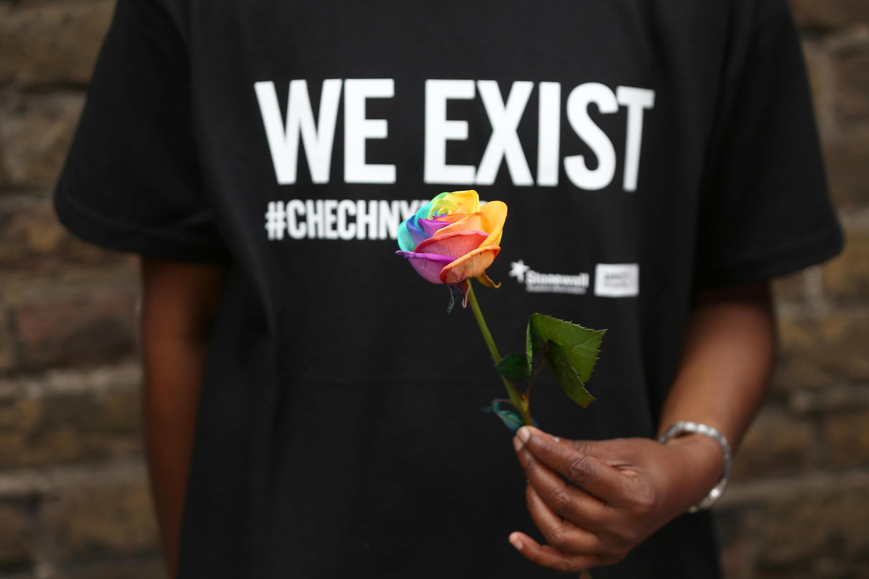 Diante da embaixada da Rússia em Londres, manifestantes protestaram contra perseguição de comunidade LGBT na Chechênia