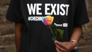 Devant l'ambassade de la Russie, à Londres, des citoyens manifestent leur soutien aux populations homosexuelles tchétchènes.
