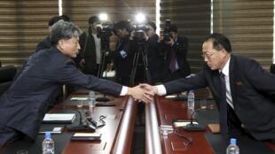 Thứ trưởng Hàn Quốc Hwang Boogi ( trái ) bắt tay đồng nhiệm Bắc TT Jong Jong Su trước cuộc đàm phán tại Keasong ngày 11/12/2015.