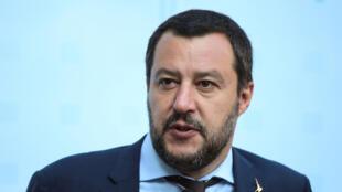 O ministro italiano do Interior, Matteo Salvini, se beneficia de um enorme espaço nos programas de televisão porque sabe criar polêmicas e manter a audiência.