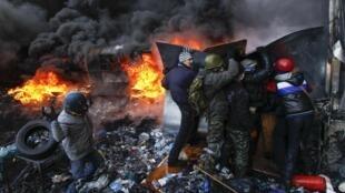 Người biểu tình Ukraina chọi đá và ném bom xăng, cảnh sát bắn trả bằng đạn cao su - REUTERS /Vasily Fedosenko