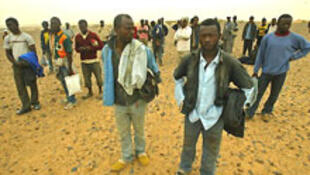 Ces migrants errent dans le désert du Sahara, non loin de la frontière algéro-marocaine.