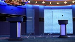 Les pupitres sont mis en place pour le dernier débat entre Donald Trump et Joe Biden, le 21 octobre 2020 à Nashville.