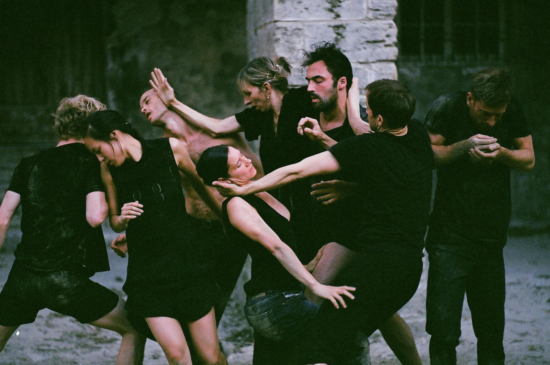 O espetáculo é apresentado no pátio do Cloître des Célestins, um convento medieval transformado em palco para o festival.
