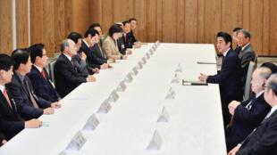 2013年11月14日,日本首相在东京日韩合作委员会会议上发言。