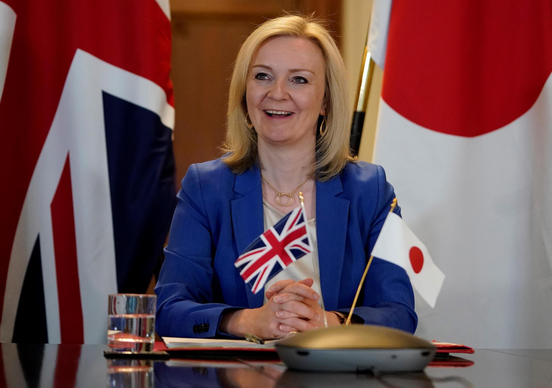 La ministra británica de Comercio Internacional, Liz Truss, mantiene una videoconferencia con el ministro de Relaciones Exteriores japonés, Toshimitsu Motegi, sobre el acuerdo de libre comercio entre ambos países el 9 de junio de 2020 en Londres