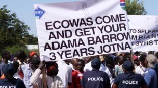 Le 16 décembre 2019, le collectif «3 years Jotna» demandait déjà le départ d'Adama Barrow lors d'une manifestation à Banjul.