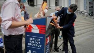Une boîte de collecte de votes par correspondance dans l'Etat de New York, le 31 août 2020 (image d'illustration).