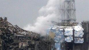 Débris des réacteurs endommagés n° 3 et 4 de la centrale nucléaire de Fukushima Daiichi, le 16 mars 2011.