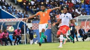 Duel entre Wilfried Kanon, défenseur ivoirien, et Dieumerci Mbokani, l'attaquant congolais, lors de la rencontre entre la Côte d'Ivoire et la RD Congo à Oyem, le 20 janvier 2017