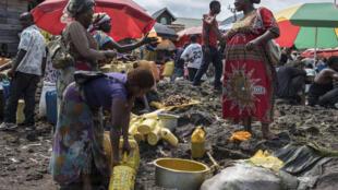 Femmes à la corvée d'eau, rives du lac Kivu (illustration)