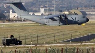 Un avion de transporte militar turco A400M en la base militar de Incirlik en el sur. Turquía autorizó a los Estados Unidos la utilización de esta base para bombardear al EI. REUTERS/Murad Sezer