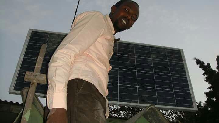 Injiniya Anas Yazid Balarabe wanda ya samar da na'urar koyarwa da ke amfani da hasken rana
