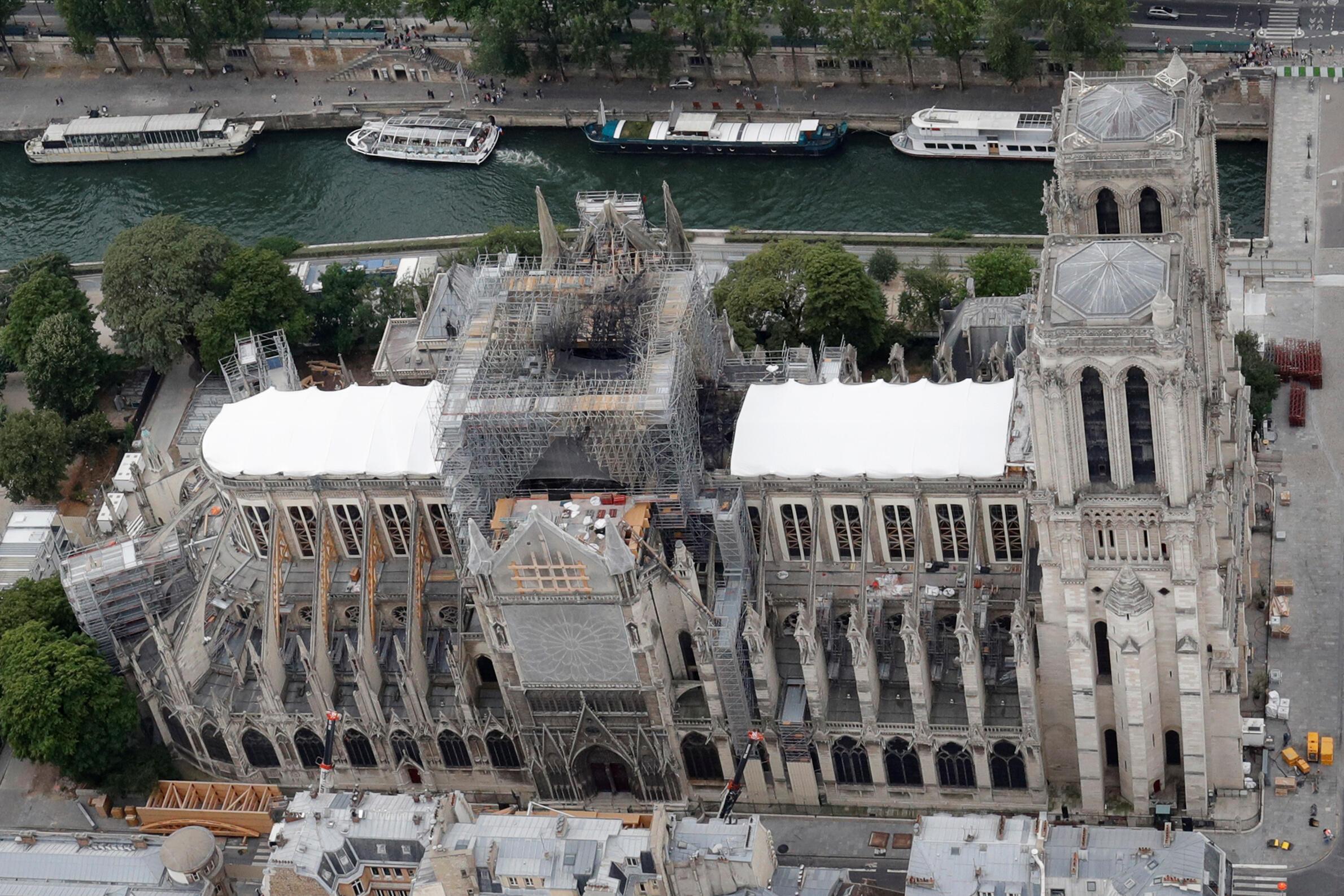 Vista de la Catedral de Notre Dame tras el incendio que destruyó el techo y la flecha.