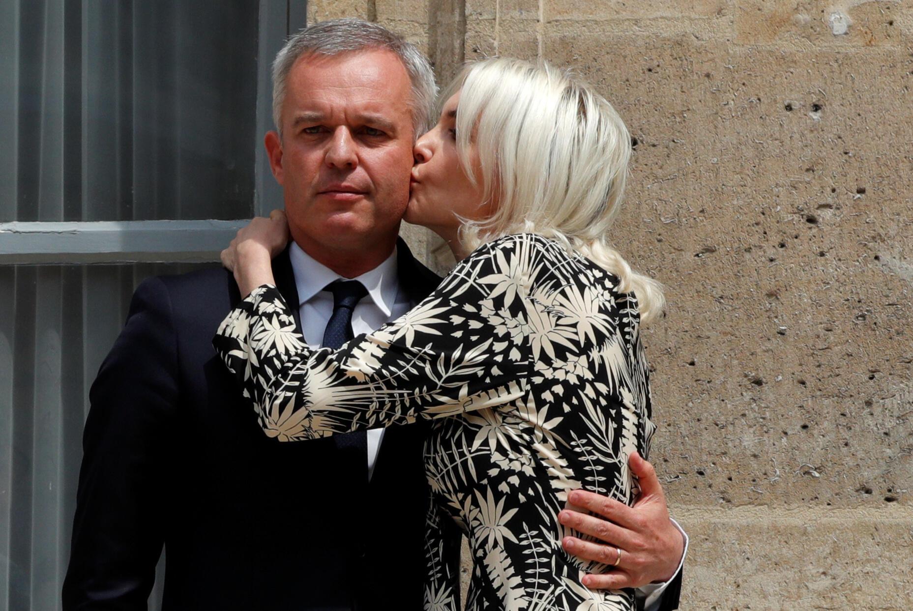 被迫辞职的法国前环保部长,政府二号人物弗朗索瓦.德吕吉与夫人在部长交班仪式上。