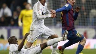 Lionel Messi (phải) đội Barcelona đua tài cùng Sergio Ramos, đội Real Madrid, trong trận ngày 10/12/2011 tại sân Santiago Bernabeu, Madrid, Tây Ban Nha