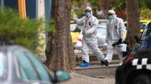 Personnes en combinaisons de protection, à Melbourne, le 6 juillet 2020. Des quartiers de la ville ont été strictement confinés.