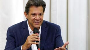 """Fernando Haddad acusó este jueves al ultraderechista Jair Bolsonaro, favorito para el balotaje del 28 de octubre, de estar detrás un """"complot con dinero sucio"""" para ganar la presidencia de Brasil."""
