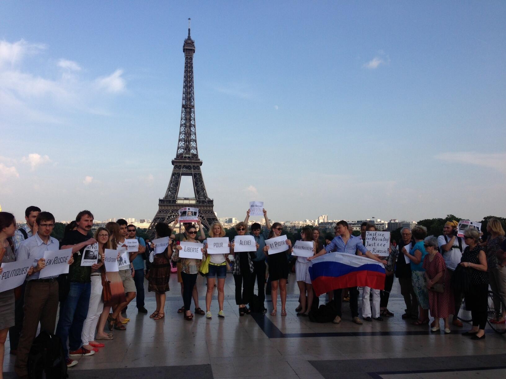 Акция ассоциации Russie Libertés на эспланаде Прав Человека на Трокадеро. Париж 18/07/2013
