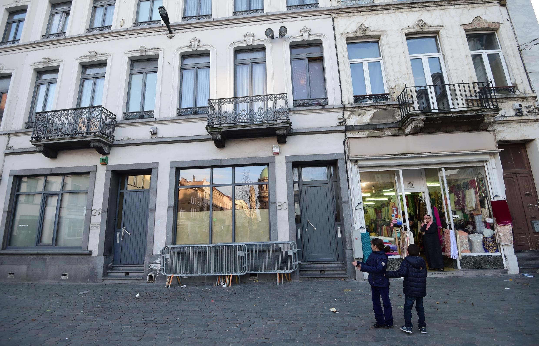Trước ngôi nhà của hai tên khủng bố Abdeslam tại Molenbeek, ngoại ô Bruxelles.