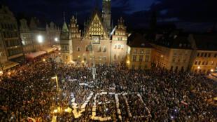 Manifestantes polacos reclaman al presidente que vete la polémica ley, en Wroclaw, el 21 de julio 2017.