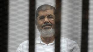 محمد مرسی در پی یک ناراحتیِ منجر به اغماء در جلسۀ دادگاهی که در قاهره تشکیل شده بود، درگذشت.  تصویر آرشیوی