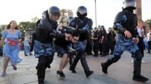 Một người biểu tình tại Matxcơva ngày 27/07/2019 bị cảnh sát bắt.