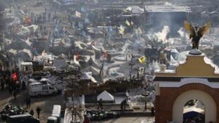 Manifestantes mantém tendas na Praça da Independência em Kiev e promotem continuar a lutar contra o governo.