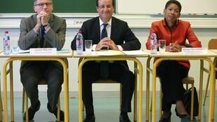 François Hollande con el ministro de la Educación Vincent Peillon y la ministra del Éxito educativo George Pau-Langevin, en una escuela de Trappes, ayer 3 de septiembre de 2012.