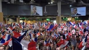 François Fillon, handicapé par les affaires, s'est déchaîné lors de son meeting parisien contre Emmanuel Macron. Ses partisans étaient nombreux au parc des expositions de la porte de Versailles, à Paris, le 9 avril 2014.