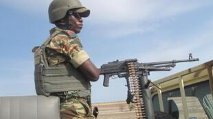 Un soldat camerounais, lors d'une patrouille à Dabanga, dans l'extrême nord du Cameroun le 17 juillet dernier.