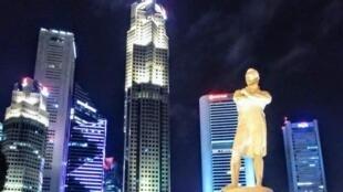 """Bức tượng được dựng tại """"Raffles Landing Site"""", nơi ông Stamford Raffles từng đặt chân lên lãnh thổ Singapore cách đây 200 năm"""