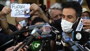 Leopoldo Luque, neurochirurgien et médecin du footballeur argentin Diego Maradona, s'adresse aux médias, le 3 novembre 2020 à La Plata, au lendemain de l'admission de la star dans la clinique Ipensa