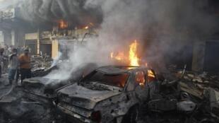 Des partisans du Hezbollah tentent d'éteindre l'incendie provoqué par l'attentat dans le sud de Beyrouth qui a fait au moins 18 morts ce jeudi 15 août.