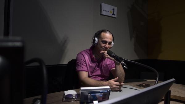 Meddy Gerville dans les studios de La 1ère Réunion.
