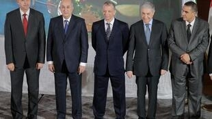 L'ancien ministre de la Culture Azzedine Mihoubi (g.), les ex-Premiers ministres Abdelmadjid Tebboune (2e g.) et Ali Benflis (4e g.), Abdelaziz Belaïd (d.) et l'ex-ministre du Tourisme Abdelkader Bengrina (c.) le 16 novembre 2019 à Alger.