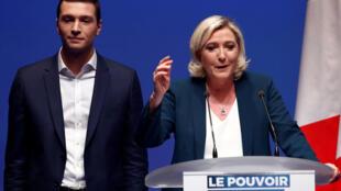 Marine Le Pen apresenta Jordan Bardella, chefe de lista do RN para as eleições europeias, em 13 de janeiro de 2019.