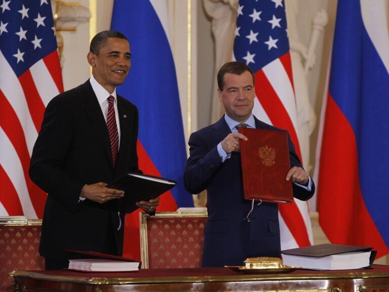 پیمان کاهش تسلیحات هستهای دو جانبه میان ایالات متحد آمریکا و روسیه موسوم به استارت نو در پراگ میان رهبران دو کشور، باراک اوباما و دیمیتری مدودف، به امضاء رسید ـ ۸ آوریل ۲۰۱۰
