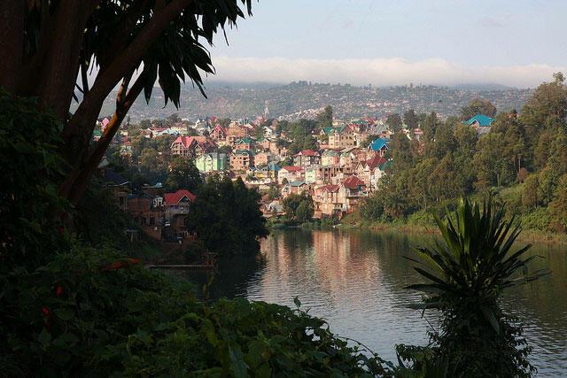 RDC: aube sur le lac Kivu, les premiers rayons de soleil caressent la ville de Bukavu. (Sud Kivu).